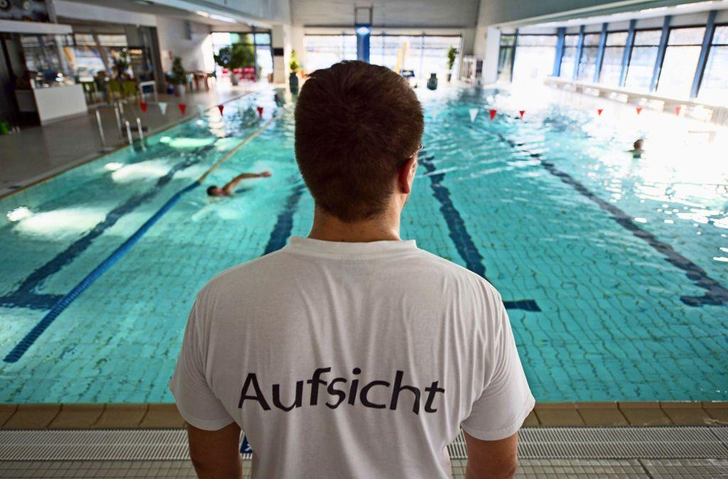 Im Plieninger Hallenbad könnten Tätigkeiten wie die  Aufsicht künftig von einem Verein übernommen werden. Foto: picture alliance / dpa