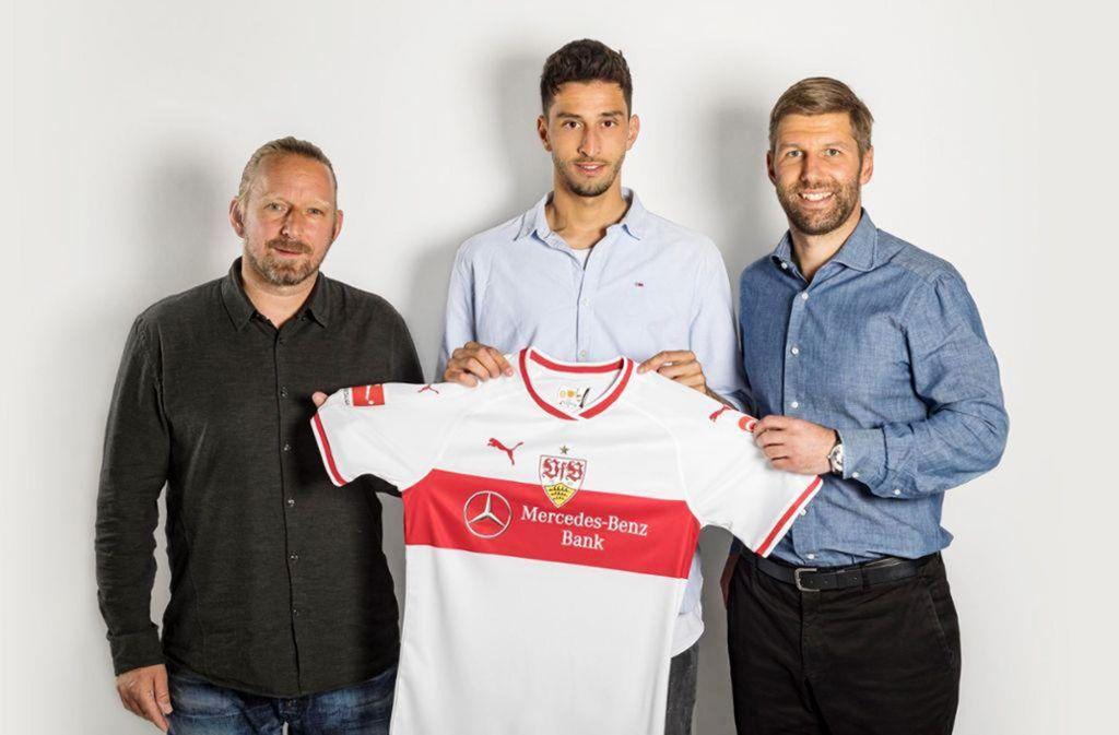 Der Neue im VfB-Trikot: Atakan Karazor zwischen Sven Mislintat (li.) und Thomas Hitzlsperger Foto: