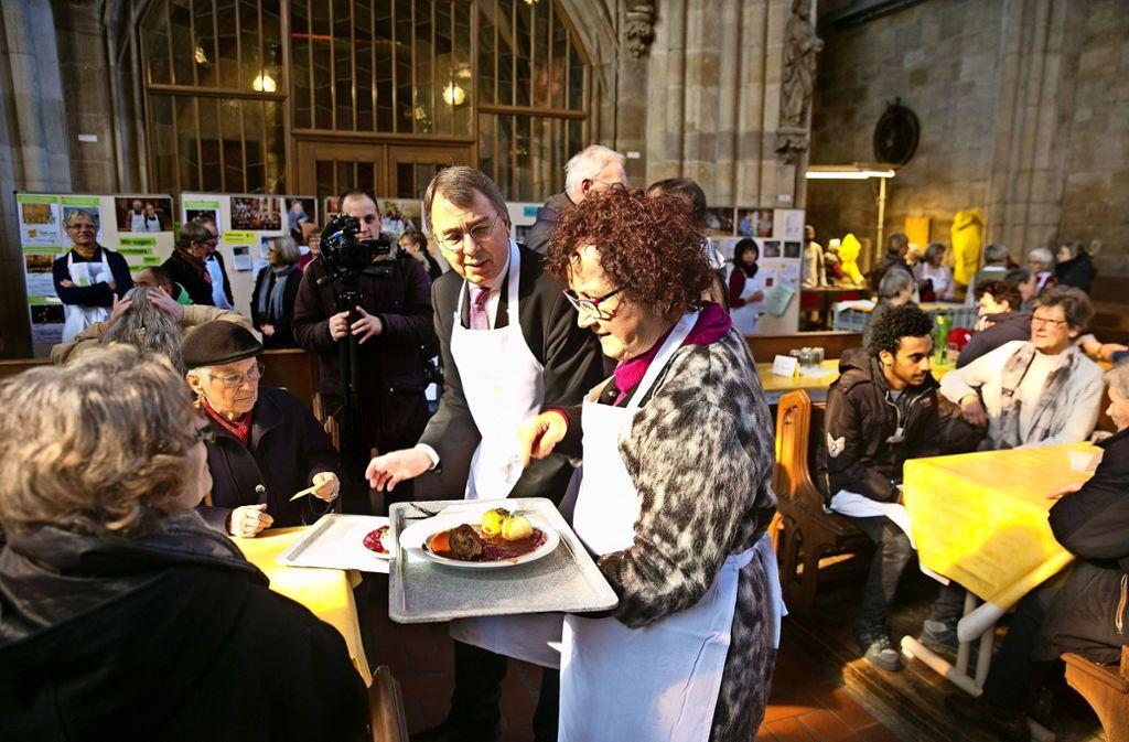 Gerlinde Kretschmann, assistiert vom Oberkirchenrat Dieter Kaufmann, hat das Essen serviert. Foto: Horst Rudel