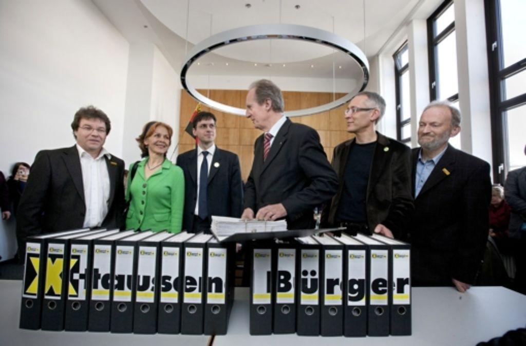 35000 Unterschriften übergaben S-21-Gegner im Jahr 2011 an den damaligen OB Wolfgang Schuster. Auch dieses zweite Bürgerbegehren scheiterte vor Gericht. Foto: Michael Steinert