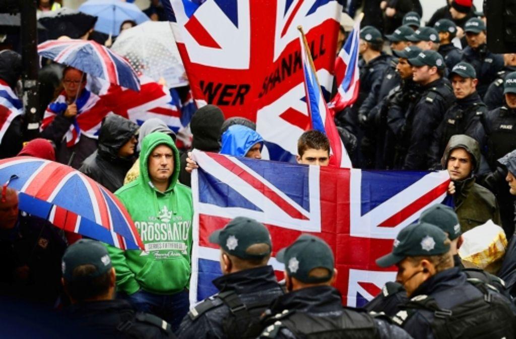 Protestanten  demonstrieren mit dem Union Jack. Foto: