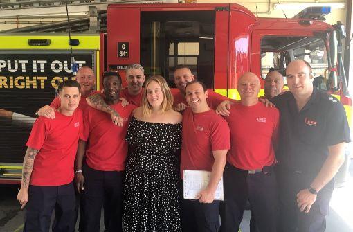 Sängerin Adele besucht Feuerwehrleute