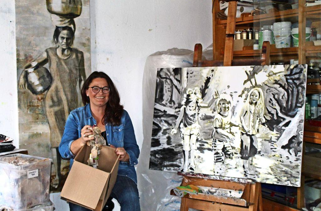 Elena Schmidt erreicht die Tiefenwirkung ihrer Arbeiten durch den Einsatz von Teebeuteln. Foto: Sabine Schwieder