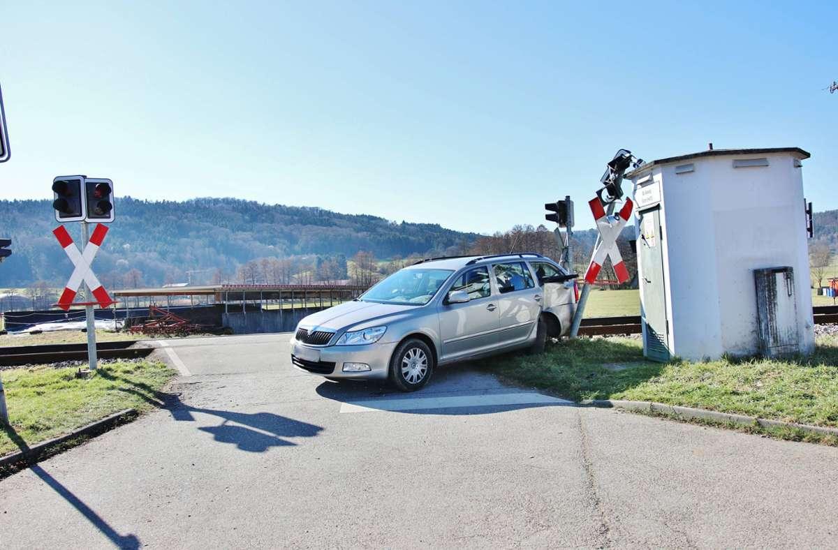 Der Fahrer des Skoda hatte die rote Ampel am Bahnübergang in Rudersberg-Schlechtbach missachtet. Foto: 7aktuell/Kevin Lermer