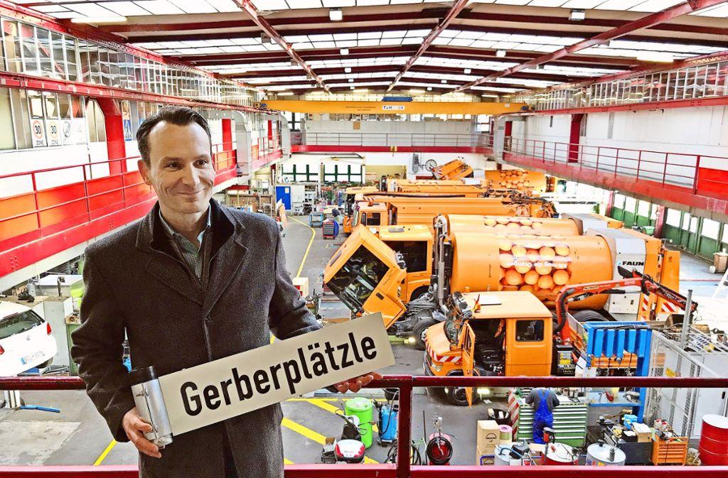 Gerberviertel-Quartiersmanager Hannes   Wolf holt das abgesägte   Platzschild  bei der Abfallwirtschaft ab. Foto: Haar