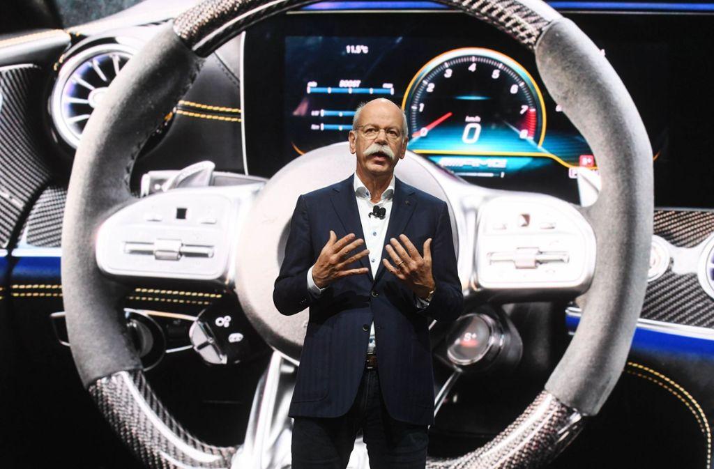 Daimler-Chef Dieter Zetsche präsentiert beim Genfer Autosalon das viertürige Modell Mercedes-AMG GT  Coupé. Die deutschen Autobauer hinken bei der Produktion von Elektroautos den Herstellern aus Asien hinterher. Foto: dpa