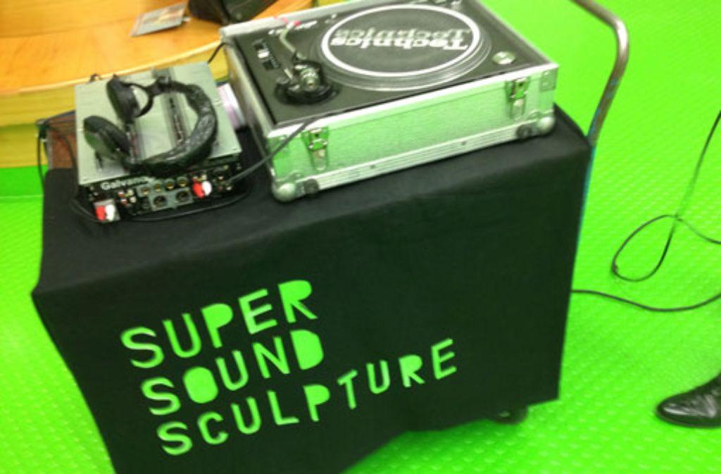 Bei Supersoundsculpture wird zur Kunst passende Musik gespielt. Foto: Sara Dahme