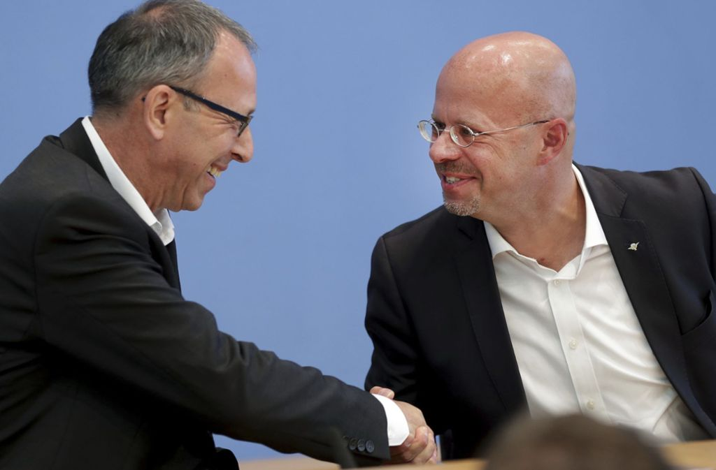 Haben allen Grund, sich zu beglückwünschen: die erfolgreichen Spitzenkandidaten Jörg Urban (Sachsen, links) und Andreas Kalbitz (Brandenburg). Foto: AP