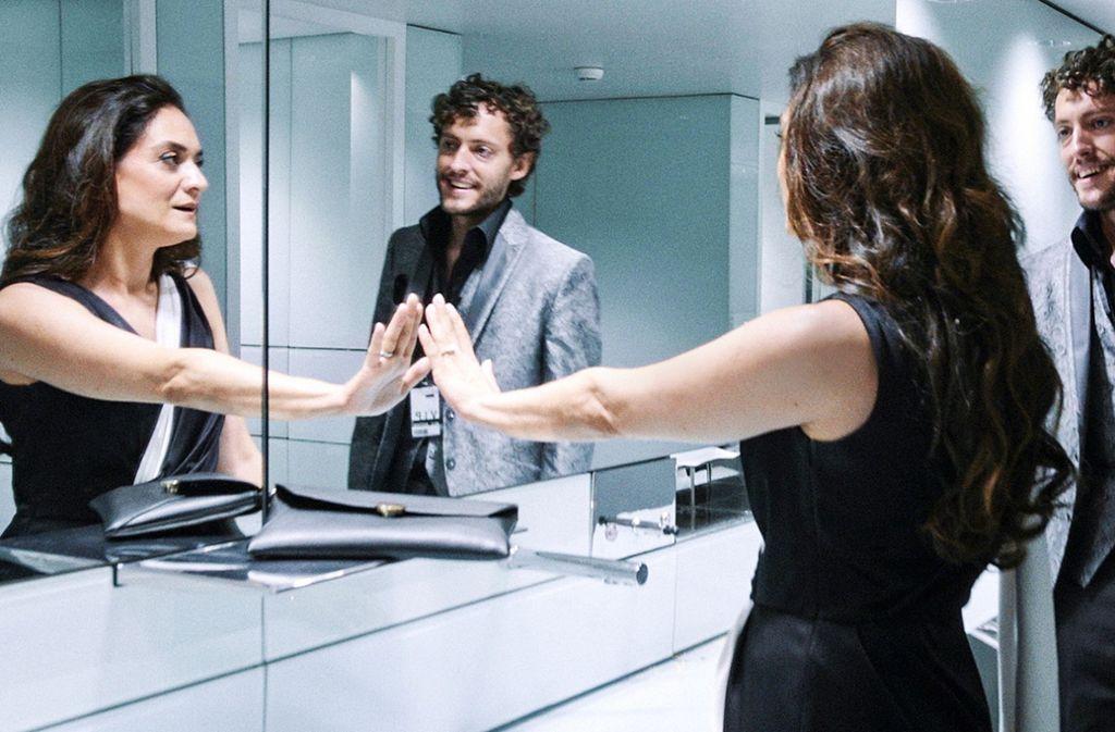 Diskutieren ihre Beziehungsprobleme auf der Damentoilette: Elena Princip (Uygar Tamer) und Franky Loving (Andri Schenardi). Foto: ARD Degeto