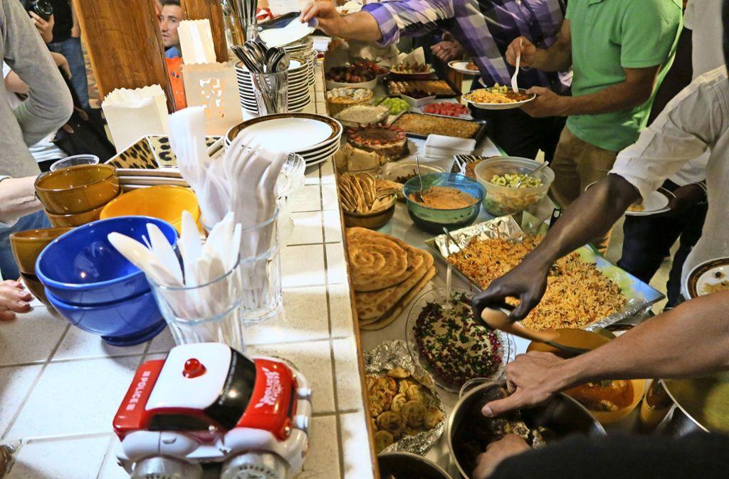 Das reichhaltige Angebot an Speisen lädt  zum Zugreifen ein. Foto: Malte Klein