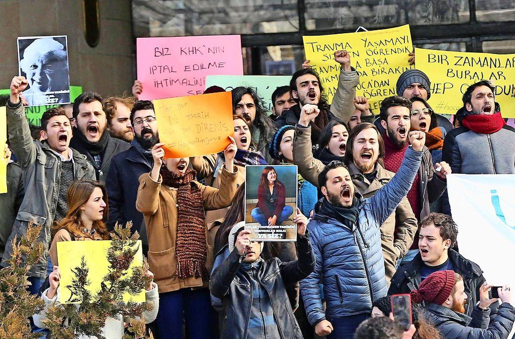 Studenten an türkischen Universitäten (hier Ankara)  protestieren gegen die Entlassungen ihrer Dozenten. Foto: AFP