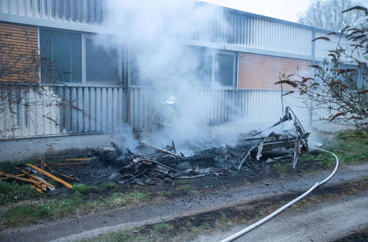 Der Wohnwagen brannte komplett nieder. Foto: 7aktuell.de/Simon Adomat