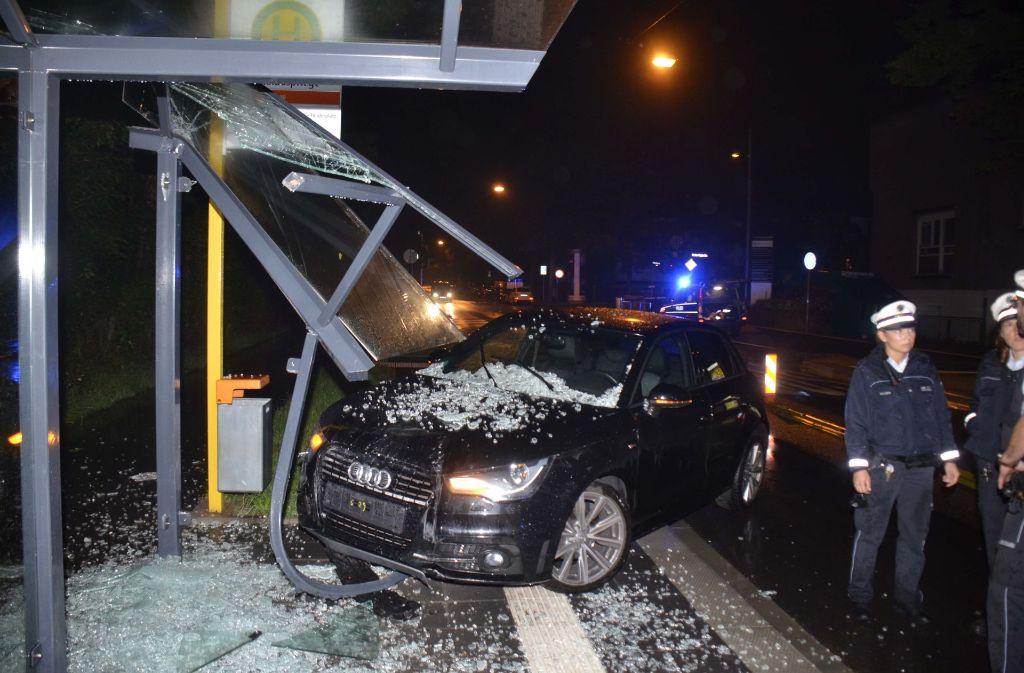 Der 37-jährige Audi-Fahrer donnerte in die Bushaltestelle Nikolauspflege in Stuttgart-Kräherwald. Foto: Andreas Rosar Fotoagentur-Stuttgart