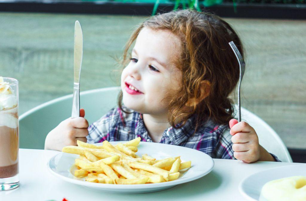 Pommes geht für Kinder immer. Auch wenn sie doch Gemüse dazu essen könnten, Foto: sharafmaksumov - stock.adobe.com/Sharaf Maksumov