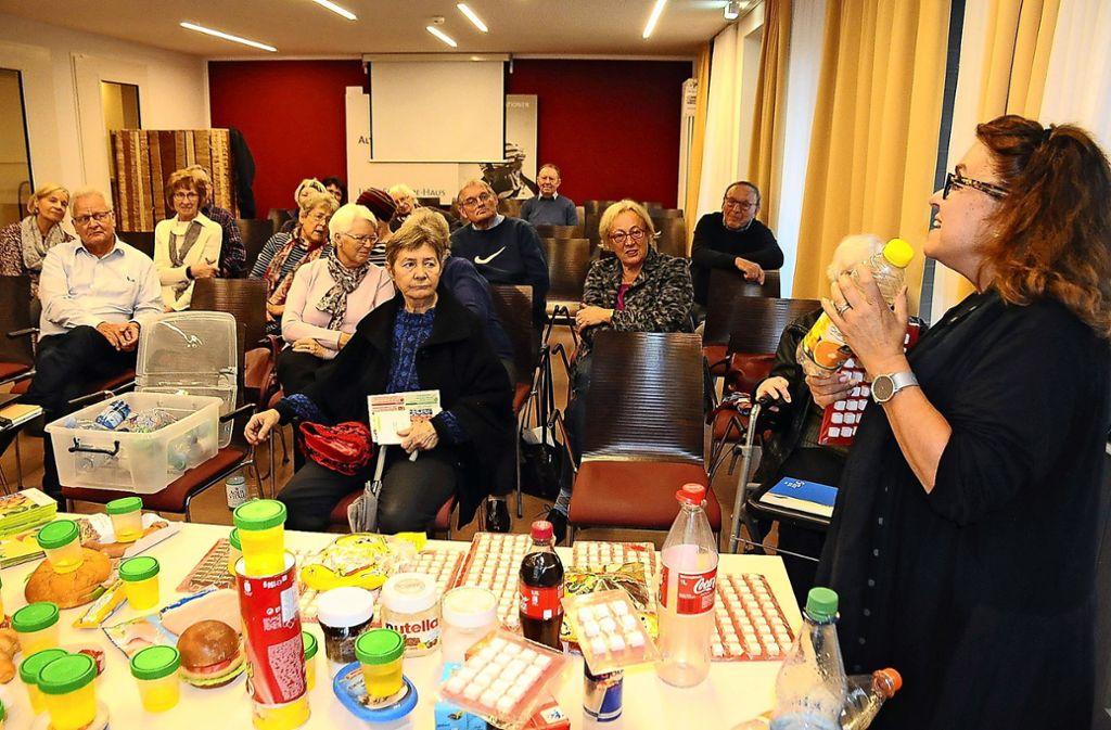 Christina Pittelkow-Abele (rechts) erläutert, wie man sich auch im Alter gesund ernähren kann. Foto: Georg Linsenmann