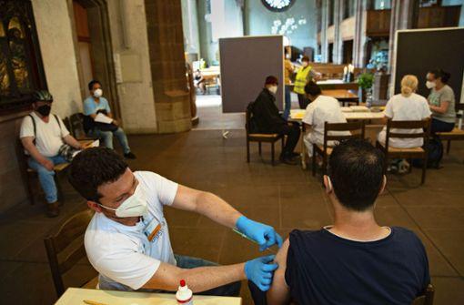 Gäste der Vesperkirche lassen sich  impfen