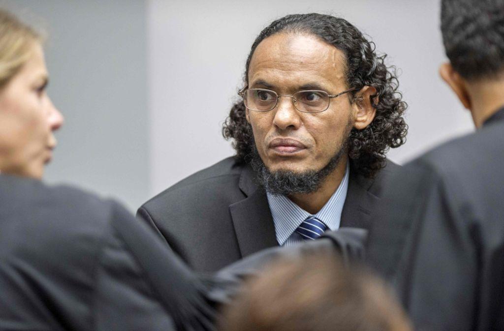 Der mutmaßliche Dschihadist Al Faqi al Mahdi (links) hat die Tat zugegeben. Foto: AFP