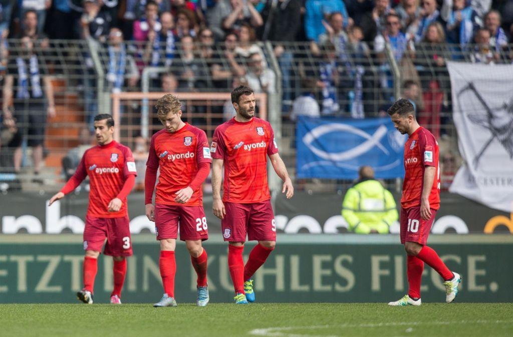 Niedergeschlagene Frankfurter nach der Klatsche gegen den VfL Bochum. Foto: dpa