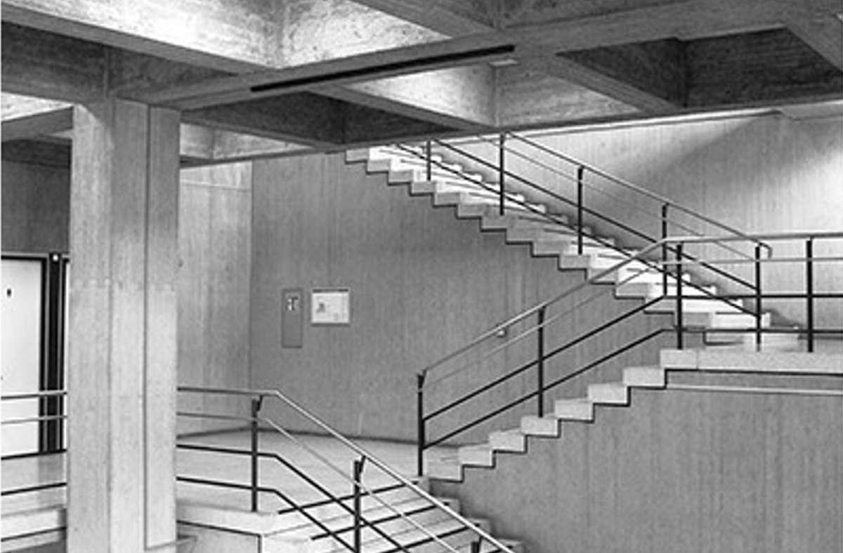 Blick ins Treppenhaus der Verwaltungsschule, die 1971 von Rolf Gutbier errichtet wurde Foto: Leo Herrmann
