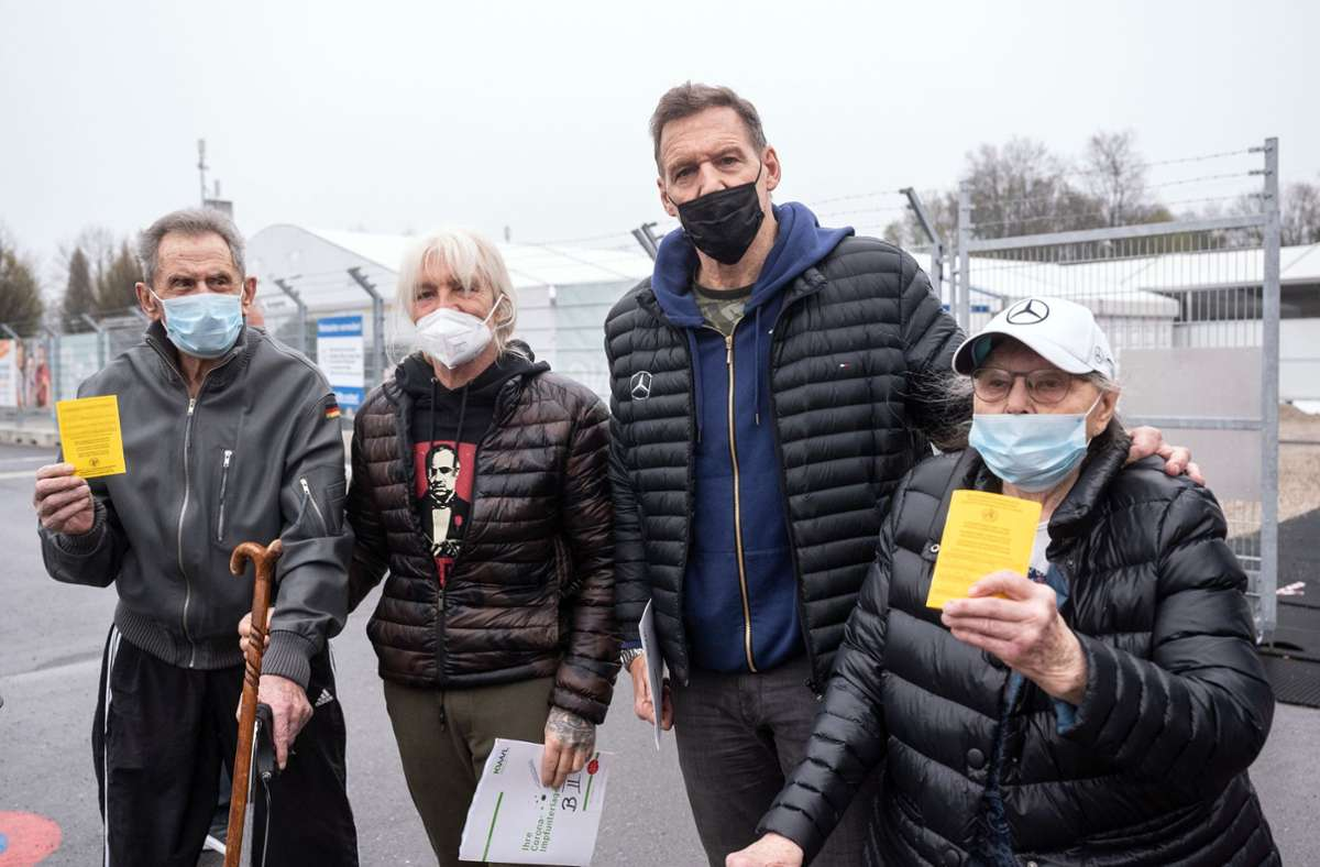 Schauspieler Ralf Moeller (Zweiter von rechts) steht mit seinem Freund Heinz Cordes (Zweiter von links), zwischen seinen Eltern Ursula (85) und Helmut (links, 92) vor dem Impfzentrum, in dem sie ihre zweite Impfung gegen das Coronavirus erhalten haben. Foto: dpa/Bernd Thissen