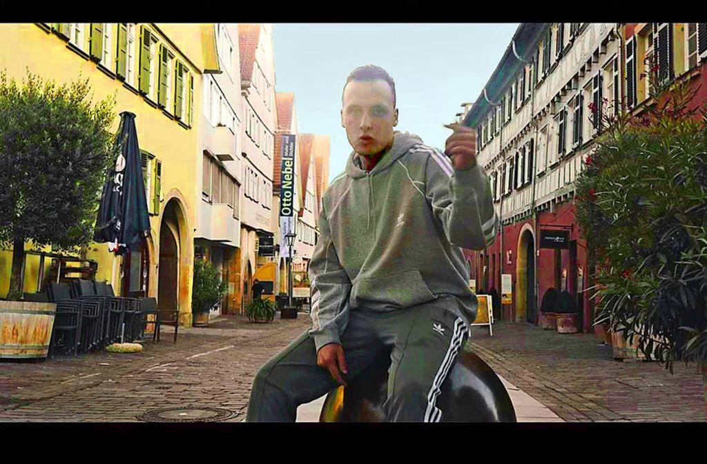 Fabi Dos Santos musiziert in Rapperpose in der Bietigheimer Altstadt. Foto: