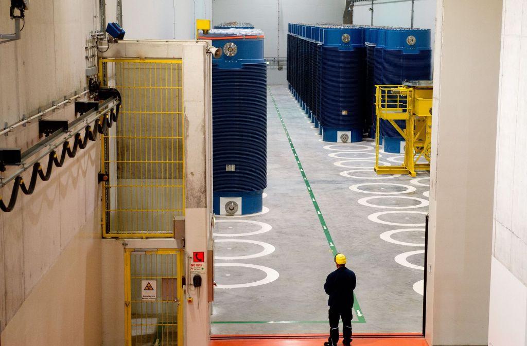 Die Castorbehälter werden vom Kernkraftwerk Obrigheim nach Neckarwestheim (im Bild) gebracht. Foto: dpa