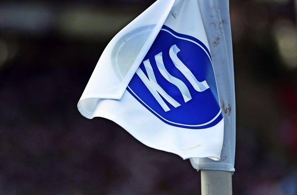Der KSC will wie viele andere Proficlubs nicht mit wehenden Fahnen untergehen Foto: dpa/Uli Deck