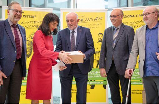 Bauern übergeben 90 000 Unterschriften für Volksantrag