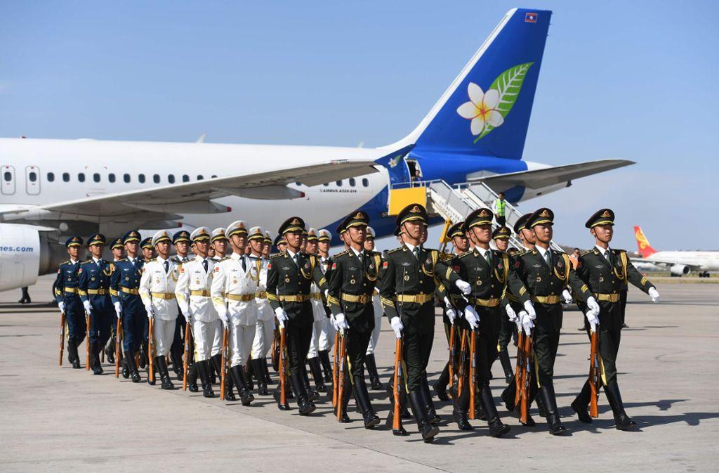 Fast im Minutentakt schweben die Staatsgäste in Peking ein. Hier die Präsidentenmaschine aus Laos. Foto: AFP