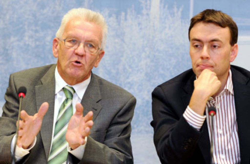 Der baden-württembergische Ministerpräsident Winfried Kretschmann (Grüne) und der Finanz- und Wirtschaftsminister Nils Schmid (SPD, rechts) haben ihr selbst gesetztes Sparziel für den Doppelhaushalt 2013/2014 um 160 Millionen Euro verfehlt. Foto: dpa
