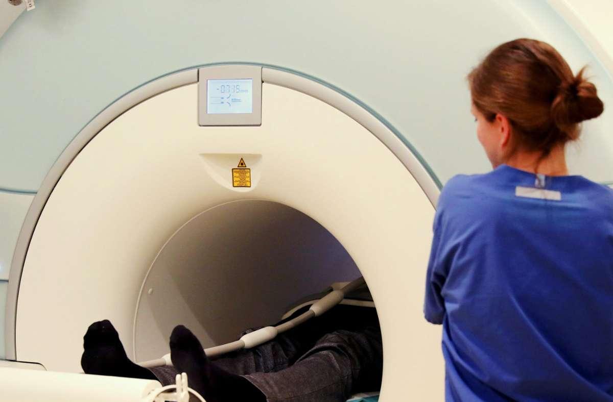Bei einer Kernspintomografie helfen Kontrastmittel dabei, Veränderungen im Körper zu erkennen. Foto: dpa/Bernd Wüstneck