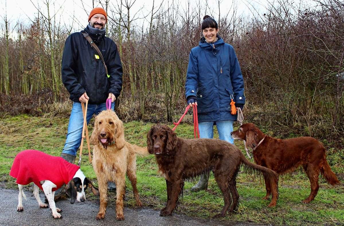 Tina Martini und ihr Ehemann Rüdiger Frimmel mit ihren vier Hunden Yahoo, Happy, Cherry und Rosi ärgern sich über Hundehaufen – und beteiligen sich an einer Aufsammelaktion. Foto: Caroline Holowiecki