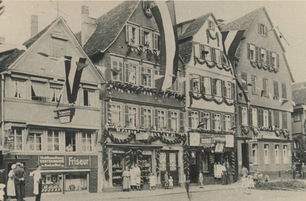 Ein Abschnitt der   – auffällig  geschmückten – Hauptstätter Straße in Stuttgart. Das Datum der Aufnahme ist unbekannt. Foto: Walter Wiedmann