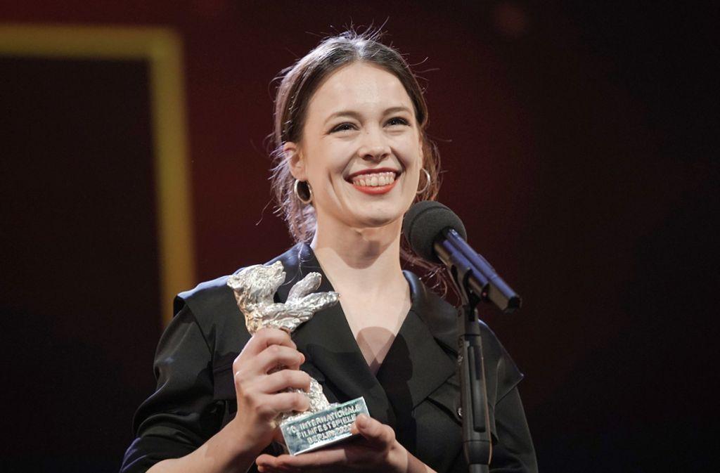 Paula Beer erhielt den Silbernen Bären für die Beste Darstellerin. Foto: dpa/Michael Kappeler