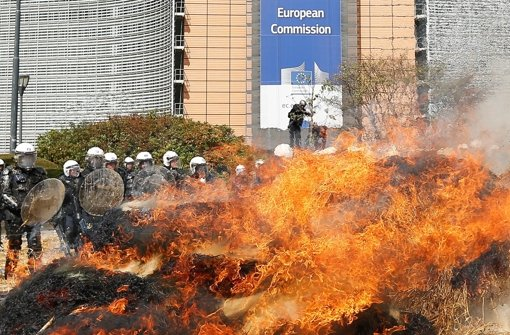 Hitziger Protest: Bauern, die gegen die europäische Agrarpolitik und niedrige Milchpreise demonstrierten, setzten am Montag in Brüssel Heuballen in Brand. Foto: EPA