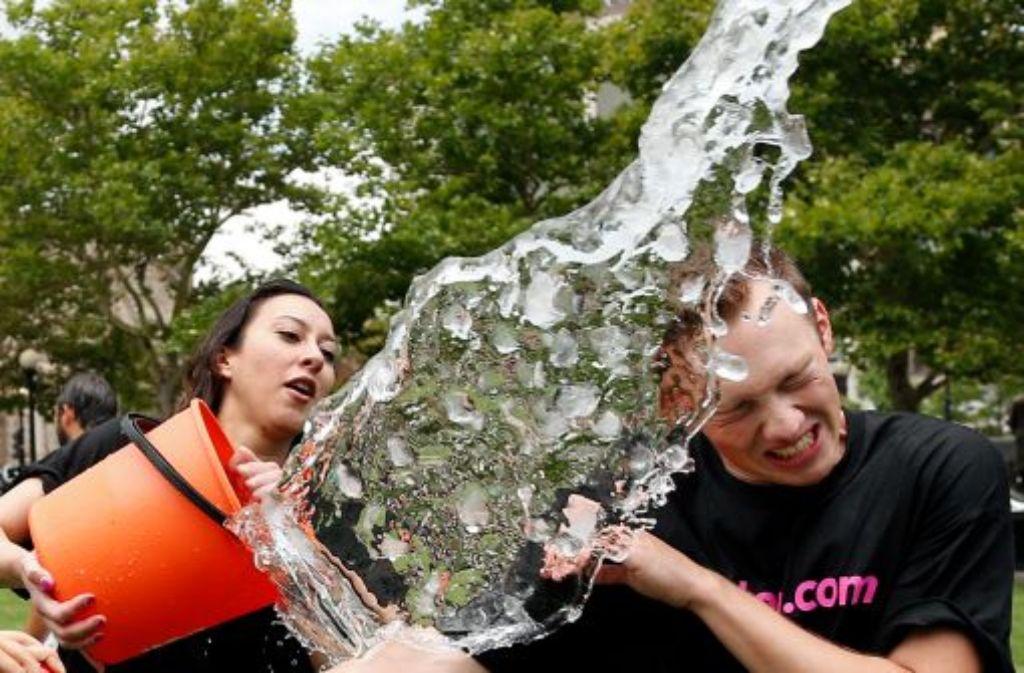 Im Netz kursieren unzählige Pannen-Videos der Ice Bucket Challenge. Foto: AP