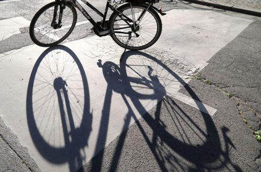 Mädchen prallt mit Rad gegen parkendes Auto und flüchtet