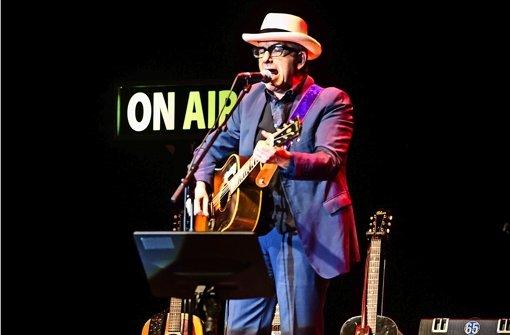 Meister aller Gitarren: Elvis Costello im Theaterhaus. Weitere Eindrücke vom Konzert in Stuttgart zeigen wir in der Fotostrecke. Foto: Lichtgut/Achim Zweygarth