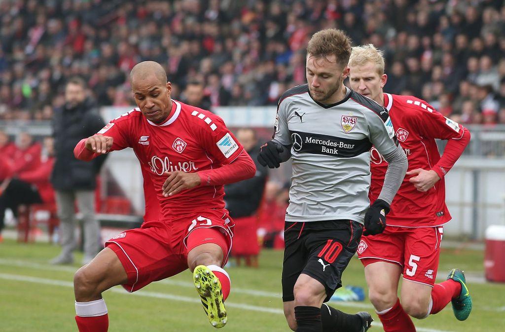 David Pisot (links) im Zweikampf mit Alexandru Maxim vom VfB Stuttgart Foto: Pressefoto Baumann
