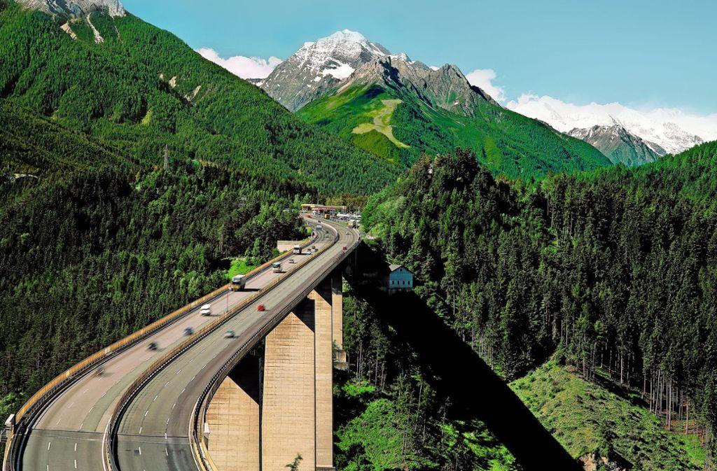 Über die Europabrücke zum Brenner und weiter nach Südtirol: eine der beliebtesten Routen über die Alpen Foto: Mauritius/Ludwig Mallaun