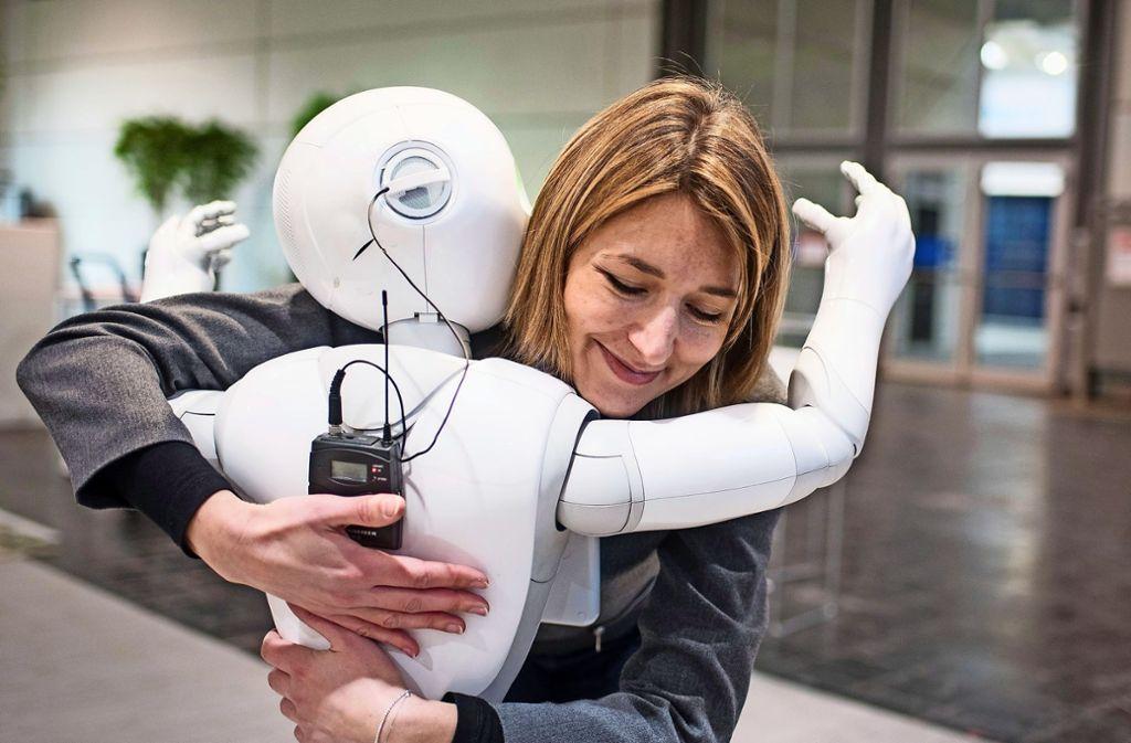 "Wahre Zuneigung? Eine Frau umarmt den humanoiden Roboter ""Pepper Foto: dpa"