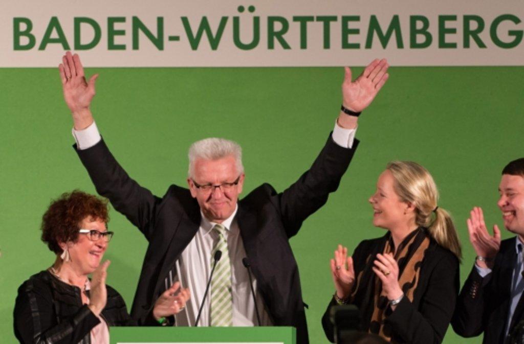 Winfried Kretschmann (Mitte) jubelt bei der Wahl am 13 März. Foto: dpa