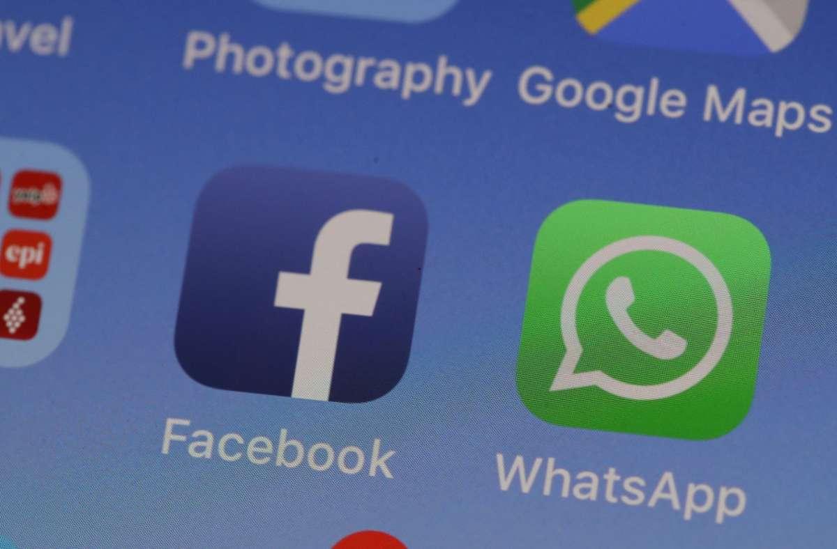 Zwei Dienste eines gemeinsamen Unternehmens: WhatsApp gehört zu Facebook. (Symbolbild) Foto: AFP/JUSTIN SULLIVAN
