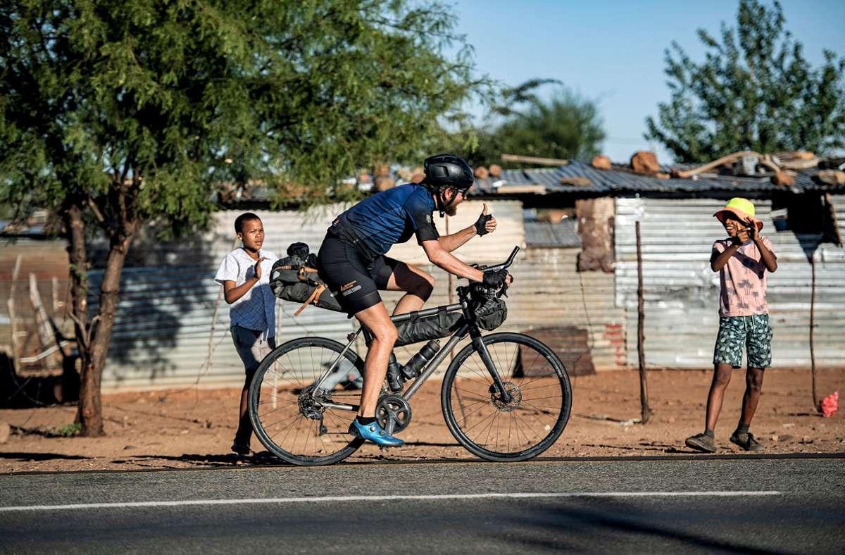 Kapstadt rückt näher: Jonas Deichmann gegen Ende seiner Rekordfahrt im südlichen Afrika. Foto: Philipp Hympendahl/Verlag