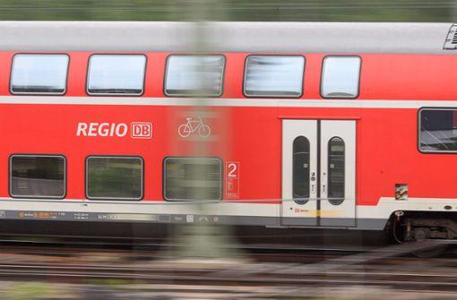 Mehl-Attacke auf fahrenden Zug bei Tempo 140