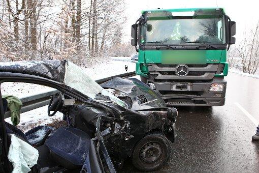 Peugeot prallt frontal auf Laster