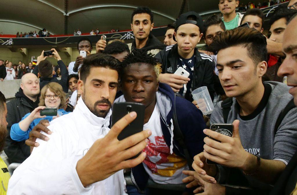 Sami Khedira und die Fans beim Länderspiel in Stuttgart. Foto: Pressefoto Baumann