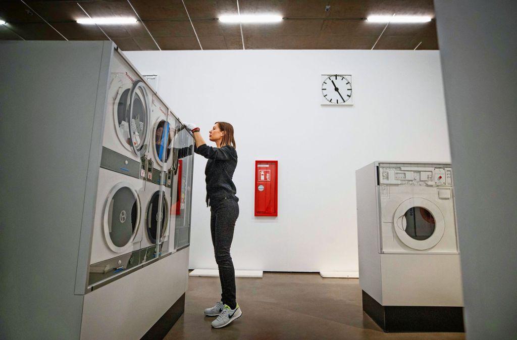 Marion Eichmann beim Aufbau ihres Waschsalons aus Papier, der in Waiblingen erstmals komplett zu sehen ist. Foto: Gottfried Stoppel