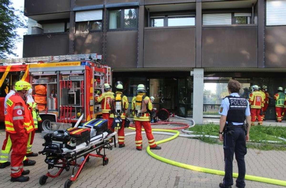 Bei einem Zimmerbrand in diesem Mehrparteienhaus in Leonberg konnte die Feuerwehr Schlimmeres verhindern. Foto: SDMG/SDMG / Dettenmeyer