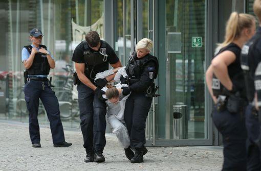 Braunkohlegegner blockieren NRW-Landesvertretung in Berlin